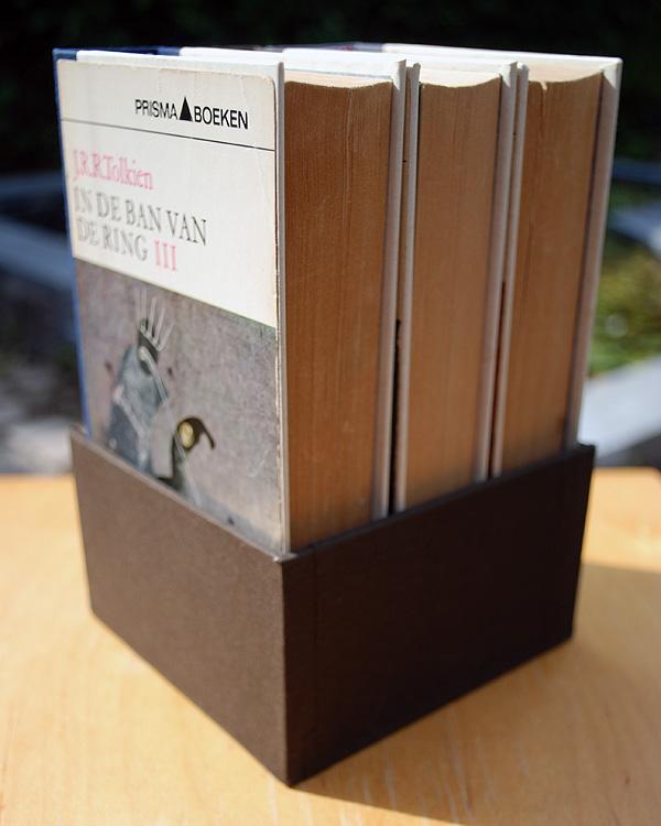 De achterkant van de doos en de boeken