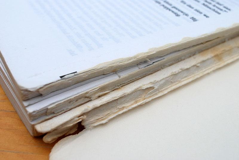 Het boek uit de band gehaald, het garen doorgeknipt en de lijm verwijderd