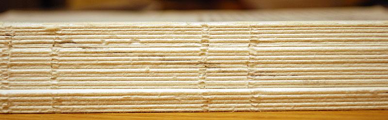 Hier zie je de katernen netjes (schoon, zonder lijmresten) op een stapel