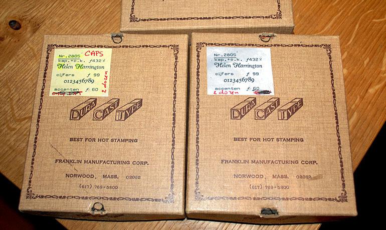 De doosjes met de letters