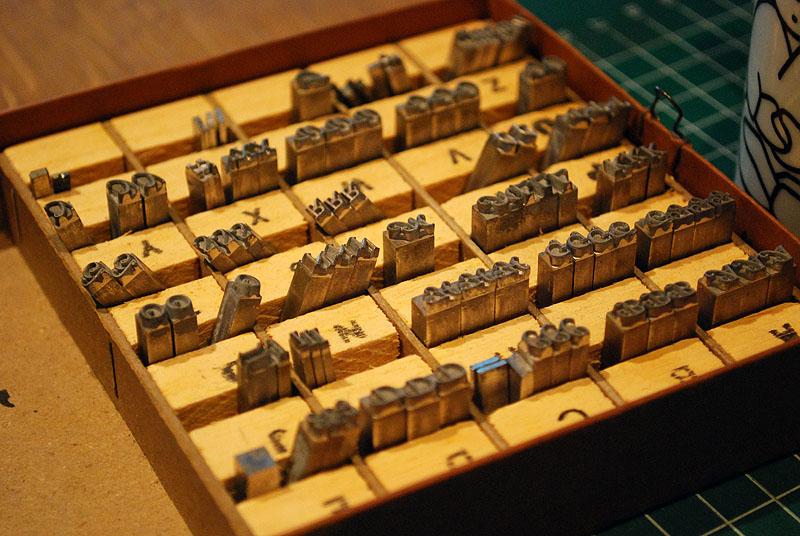 Het interieur van de doosjes met letters