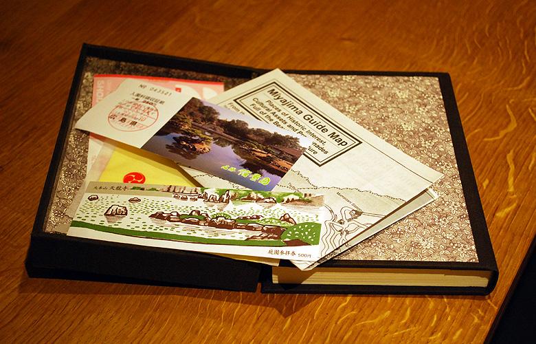 In de doos kan je allerlei dingetjes kwijt die je tijdens je reis verzamelt.