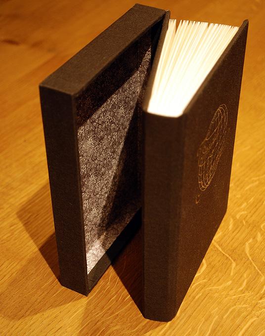 Aan de ene kant een boek, aan de andere kant een doos