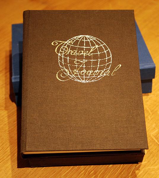De voorkant van het bruine reis-boek