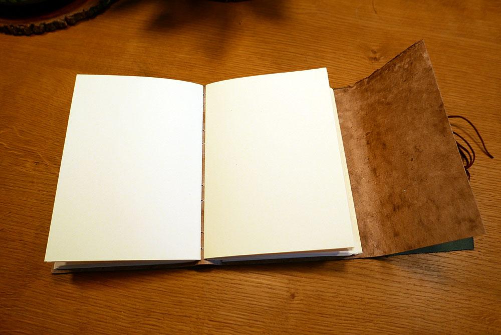 katernen van ivoorkleurig papier